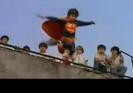 Niño se lanza al vacío porque se creía 'Superman'
