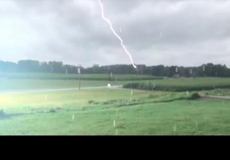 Joven salió a grabar torrencial lluvia y se llevó tremenda sorpresa