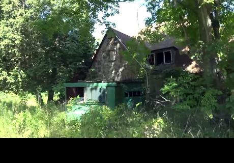 Jóvenes encuentran casa abandonada en el bosque, entraron y descubrieron algo escalofriante