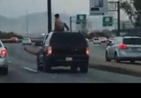 Joven que subió sobre su coche casi origina un accidente y es criticado por cibernautas