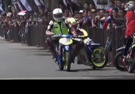 Así fue el insólito acto de venganza de motociclista en plena carrera