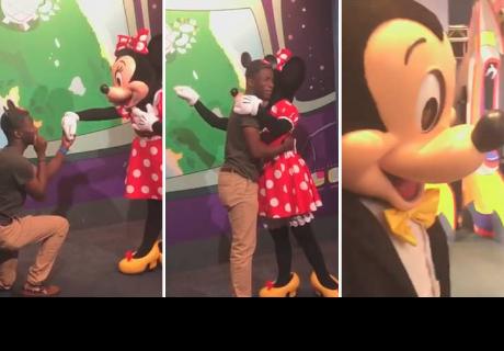 Así fue la reacción de Mickey Mouse al ver la pedida de mano de Minnie