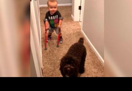 Niño con muletas camina por primera vez y emociona a todos en la red
