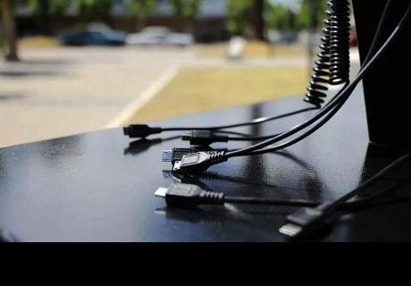 Por esta razón nunca debes cargar la batería de tu smartphone en lugares públicos