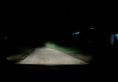 Manejaba de noche por carretera cuando algo se apareció en su camino y lo dejó aterrado