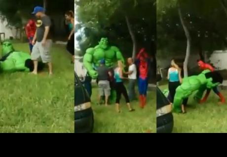 Este imitador de Hulk hizo vergonzosa presentación en fiesta infantil