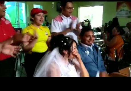 Pareja se casó en una pollería y provocaron todo tipo de reacciones en la red