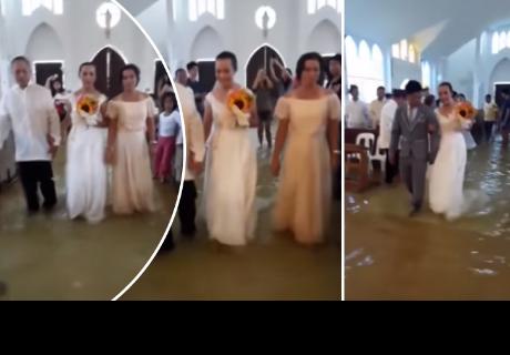 Novios se casan en iglesia inundada por fuertes lluvias