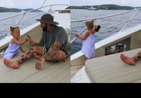 Niña lanza el celular de su papá al mar porque no le prestaba atención