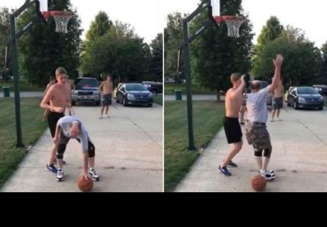 Anciano demostró su habilidad en el básquet y le dio tremenda 'paliza' a joven