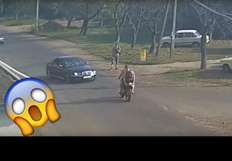 'Salen volando' de su moto tras ser embestidos violentamente por un auto