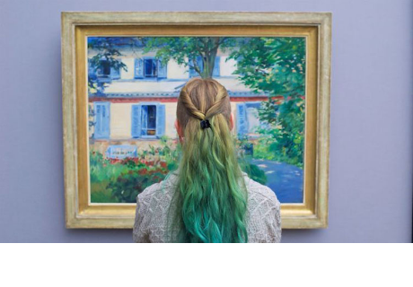 Fotógrafo espera el momento ideal en un museo para capturar la mejor fotografía