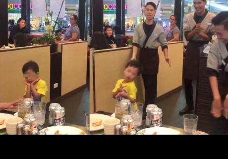 Niño bailaba para su familia, pero mozo se roba el show de esta manera