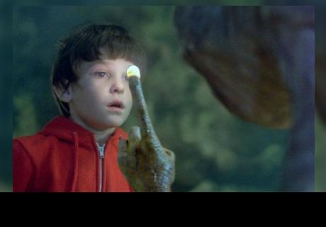 Mira cómo luce el niño de la película 'E.T' 36 años después