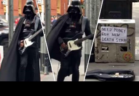 ¿'Darth Vader' toca guitarra eléctrica para comprar una nueva 'estrella de la muerte'?
