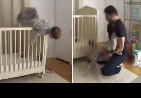 Padre salva a su hijo al ver que estaba a punto de caerse de la cuna