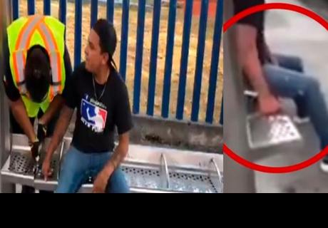 Hombre atora su dedo en banca de paradero y tuvo que ser auxiliado por los bomberos