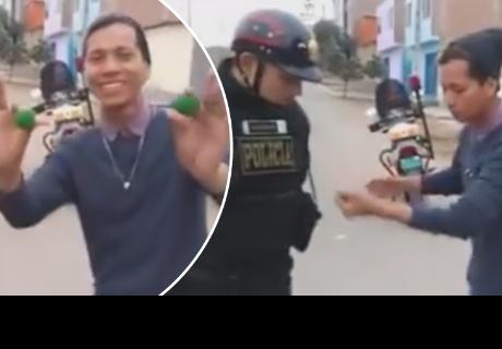 Joven sorprende a policía con truco de magia y se vuelve viral en redes