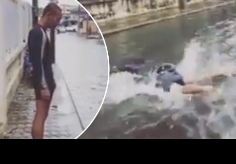 Hombre simula nado olímpico en una calle inundada y se viraliza en las redes