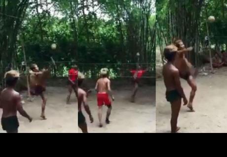 Jóvenes utilizan increíble técnica para jugar partido de fútbol-tenis