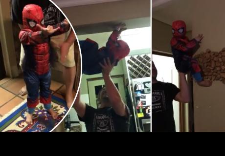 Niño se 'transforma' en 'Spider- Man' con la ayuda de sus padres y de su imaginación