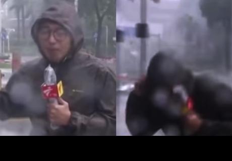 Momento exacto en que un reportero cubre el 'tifón Mangkhut' y esquiva la muerte de milagro