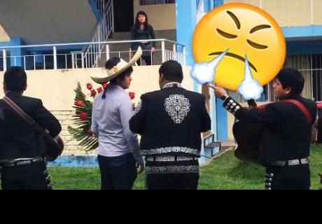 Joven pide perdón con mariachis y flores, pero su 'ex' lo rechaza públicamente