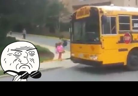 Bus escolar se detiene y lo que pasa es sorprendente