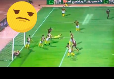 Jugador evitó un gol a favor de su equipo de manera insólita