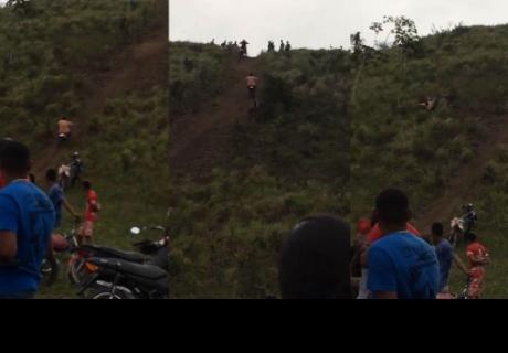 Quiso subir en motocicleta a la cima de una colina, pero todo le salió mal