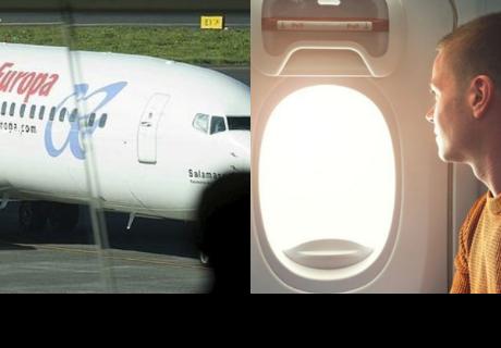 Confunde la puerta de salida del avión con la del 'baño' y desata el pánico en pleno vuelo