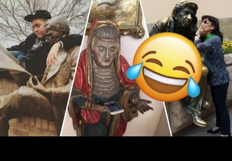 8 personas posando junto a estatuas que te harán reír a carcajadas