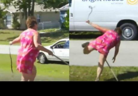 Mujer atrapó con sus manos a una serpiente pero acabó siendo el hazmerreír en Facebook