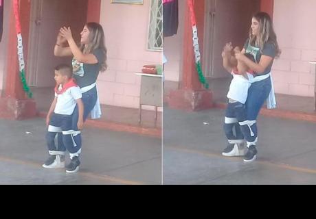 Una maestra de primaria ayudó a su alumno con discapacidad a participar del baile escolar