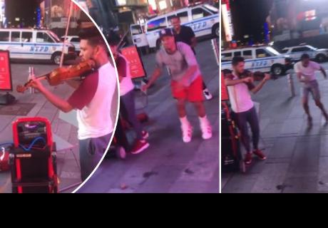 Muchacho mostró su habilidad para tocar el violín, pero otro detalle llamó la atención de cibernautas