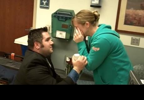 Hombre fingió fatal accidente para pedirle matrimonio a su novia en el hospital