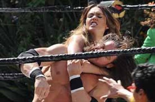 Jessica Alba demostró fiereza contra un temible luchador (Fotos)