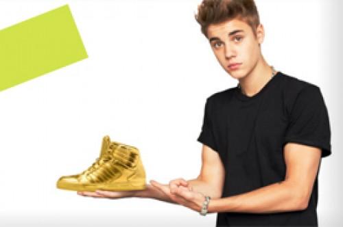 Ayuda a Justin Bieber en Facebook a hallar sus zapatillas doradas