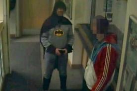 'Batman' capturó a hombre sospechoso y lo entrega a la justicia