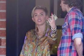 Miley Cyrus arremete contra la prensa y muestra su dedo medio