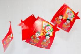 Cómo hacer un pez utilizando un sobre chino rojo