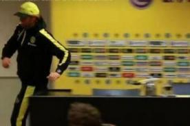 Entrenador del Borusia Dortmund salió corriendo de conferencia por urgencia-  VIDEO