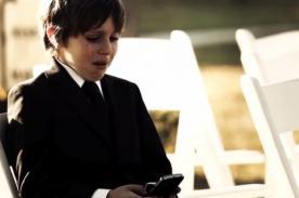 ¿Por qué este niño llora mientras mira su celular? [Video]