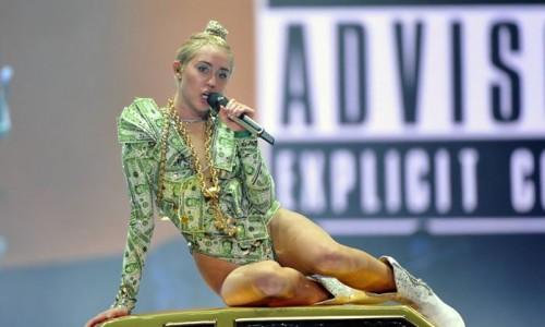 ¡Se va hasta el suelo! Miley Cyrus se cae durante concierto [Video]
