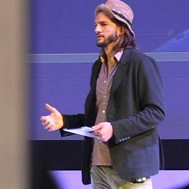 Ashton Kutcher afirma que las redes sociales ayudan a eliminar prejuicios