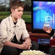 Justin Bieber le regala a Ellen DeGeneres una caja con sus cabellos