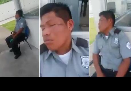Guardia de seguridad se quedó dormido, llegó su supervisor y le dio gran lección