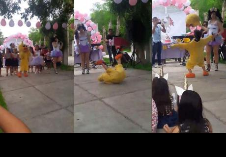 Niño disfrazado de patito se roba el show en cumpleaños y hace reír a los invitados