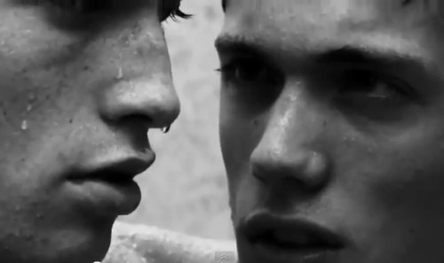 Video: Comercial es censurado por beso entre dos hombres