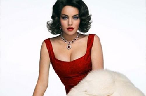 Lindsay Lohan derrocha elegancia como Elizabeth Taylor en sexy vestido